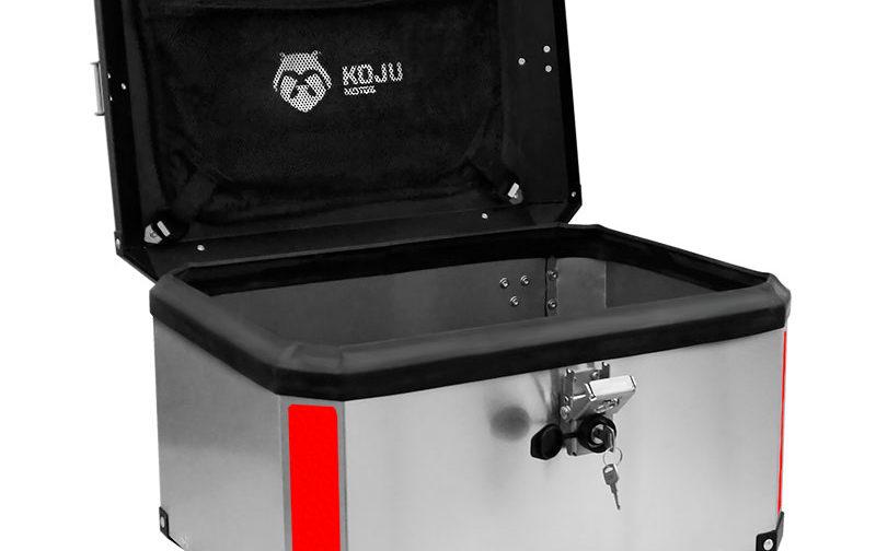 Maletero en aluminio 47L casco y medio para moto color aluminio reflectivo rojo con organizador de tapa Koju Motos 1