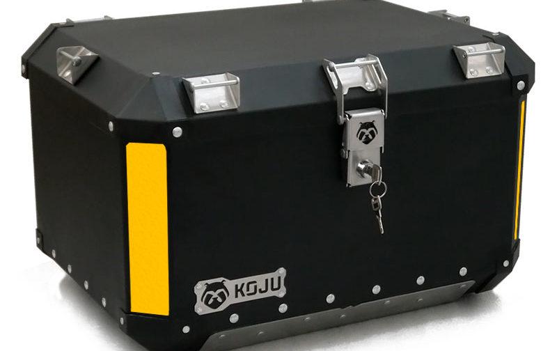 Maletero en aluminio 47L casco y medio para moto color negro reflectivo amarillo Koju Motos 1