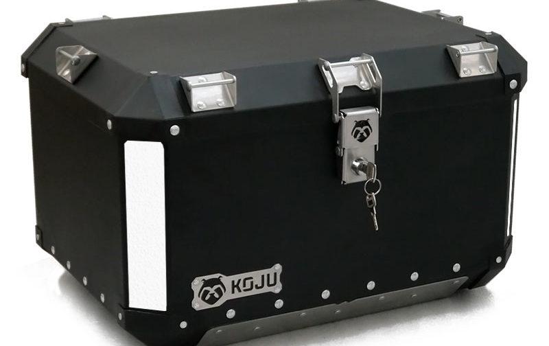 Maletero en aluminio 47L casco y medio para moto color negro reflectivo gris Koju Motos 1