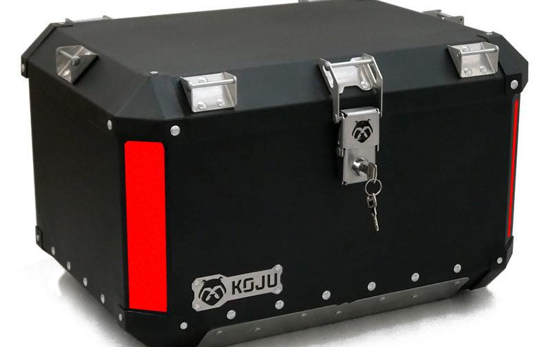 Maletero en aluminio 47L casco y medio para moto color negro reflectivo rojo Koju Motos 1